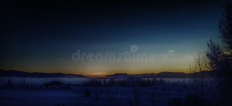 Mañana de niebla nevosa mojada fría de Montana fotografía de archivo