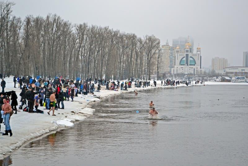 Mañana de Piphany (Kreshchenya) en Hydropark, Kiev imagen de archivo libre de regalías