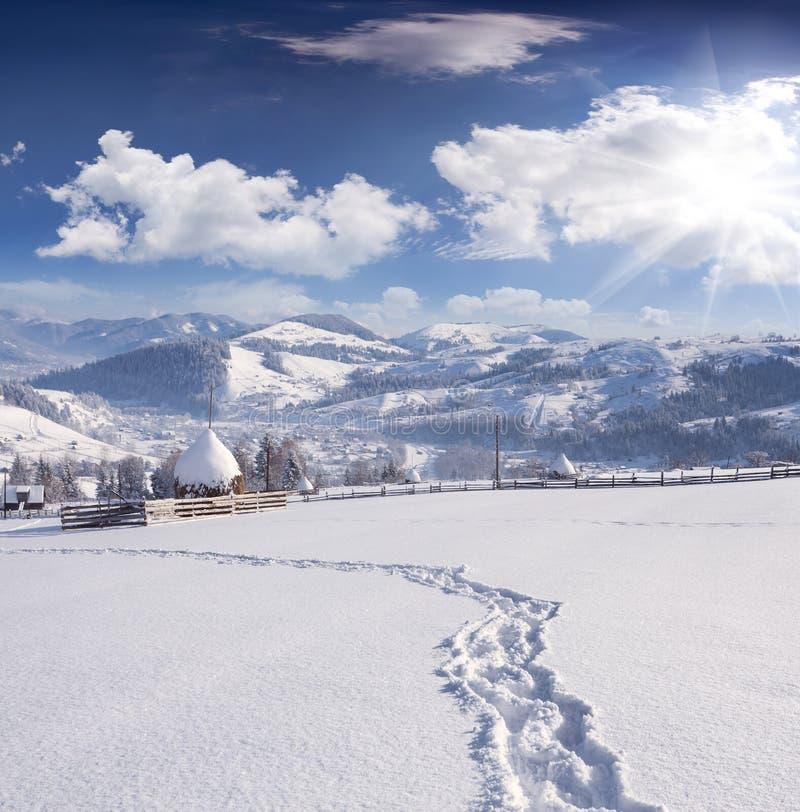 Mañana del invierno en pueblo cárpato imagen de archivo
