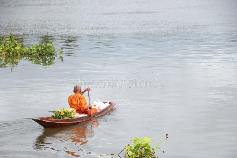 Mañana del río del barco de los monjes fotos de archivo