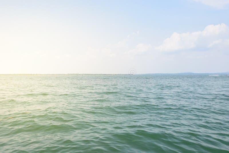 Mañana del río con el fondo del cielo azul fotografía de archivo