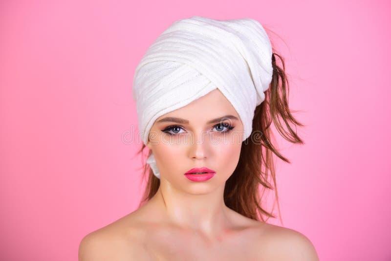Mañana después del lavado del baño y pelo limpio Mujer atractiva con la toalla en la cabeza después de la ducha Balneario de la m imagenes de archivo