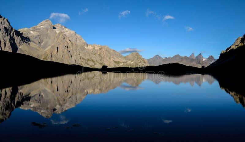 Mañana en el lago, DES Cerces de la laca fotos de archivo libres de regalías