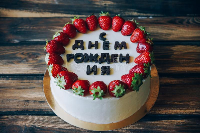 Mañana en el lago en montañas gigantes en Polonia El pastel de queso remató con la inscripción y las fresas del feliz cumpleaños  foto de archivo libre de regalías