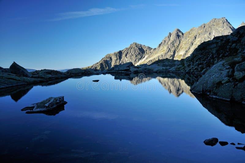 Mañana en el lago mountain imágenes de archivo libres de regalías