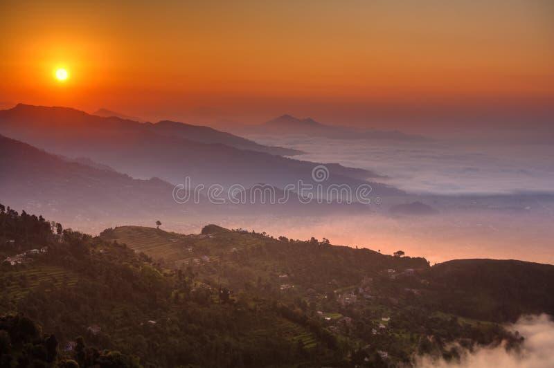 Mañana en el punto de opinión de Sarangkot cerca de Pokhara en Nepal foto de archivo