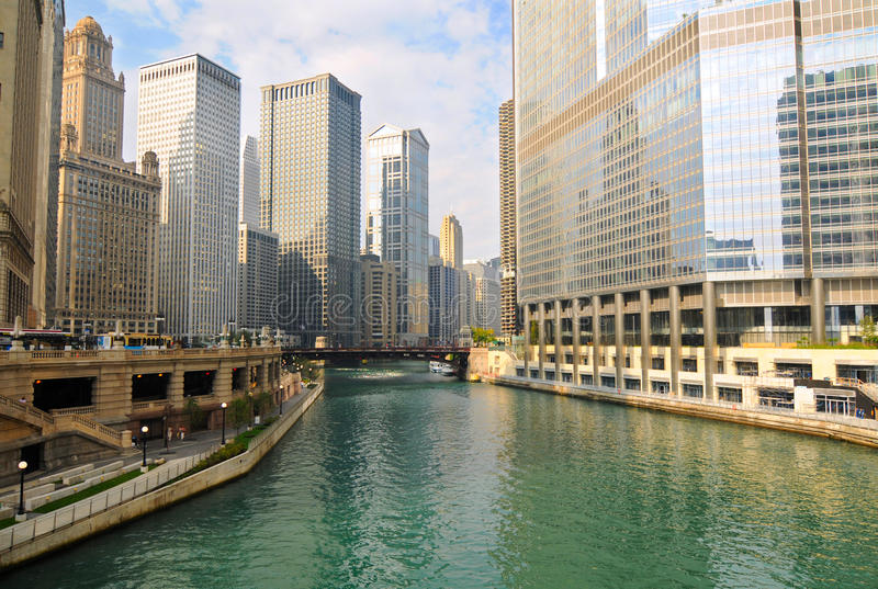 Mañana en el río de Chicago fotos de archivo