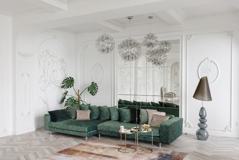Mañana en interior ligero lujoso en hotel Diseño interior brillante y limpio de una sala de estar de lujo con madera del entarima fotografía de archivo