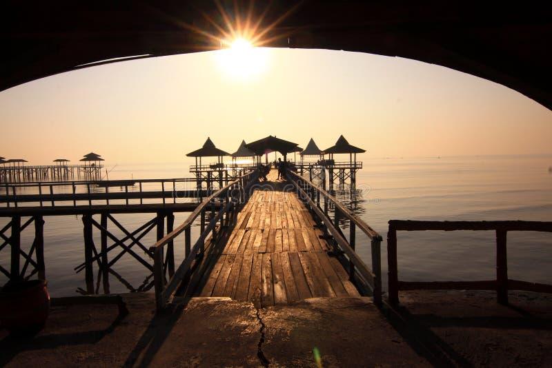 Mañana en la playa de Kenjeran, Surabaya Indonesia fotografía de archivo