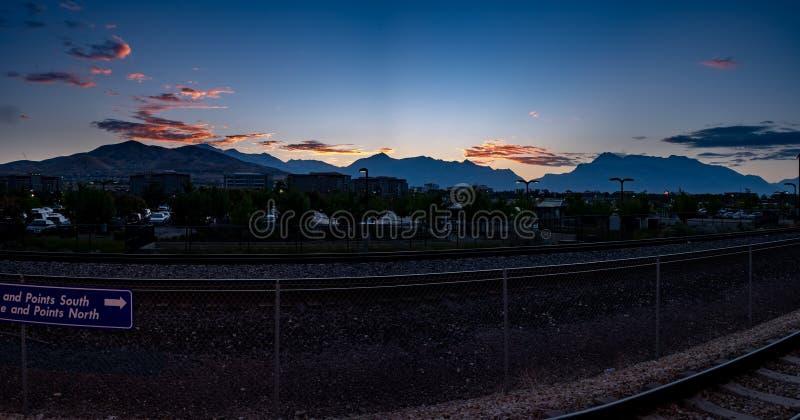 Mañana en una estación de tren con las nubes imponentes imágenes de archivo libres de regalías
