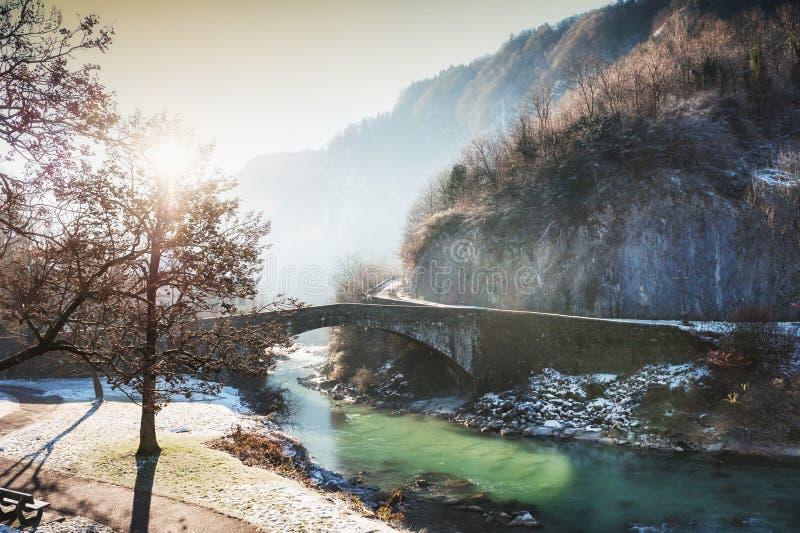 Mañana escarchada brumosa en el pueblo de Cluses, Francia fotografía de archivo