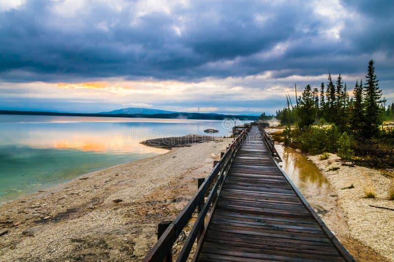 Mañana hermosa cerca de las aguas termales yellowstone del cono de la pesca fotos de archivo