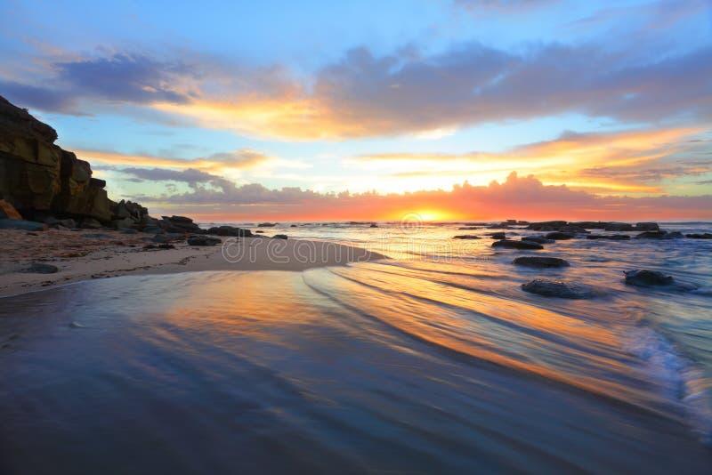 Mañana magnífica de la salida del sol en la playa Australia fotografía de archivo
