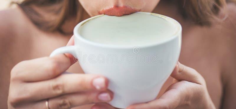 mañana perfecta con el mejor café latte del americano o del café express de la muchacha Goce del café de la mañana café de la beb fotografía de archivo libre de regalías