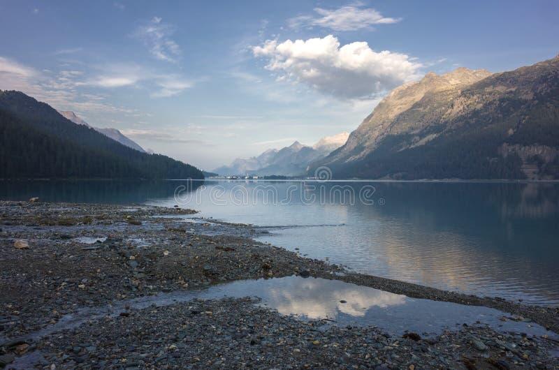 Mañana tranquila en el lago Silvaplana Suiza fotos de archivo libres de regalías