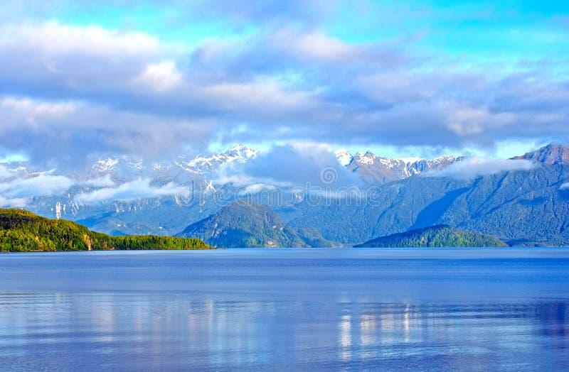 Mañana y nubes y montañas en el Fiordlands fotos de archivo libres de regalías