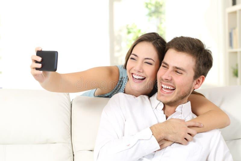 Małżeństwo lub para bierze selfies z telefonem zdjęcia royalty free