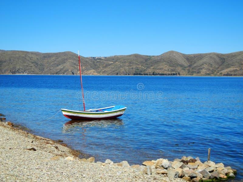 Mała łódź przy Titicaca jeziorem Boliwia obraz royalty free
