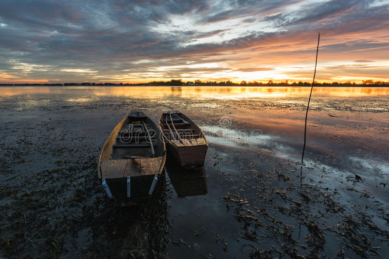 Mała łódź rybacka w zmierzchu obrazy stock
