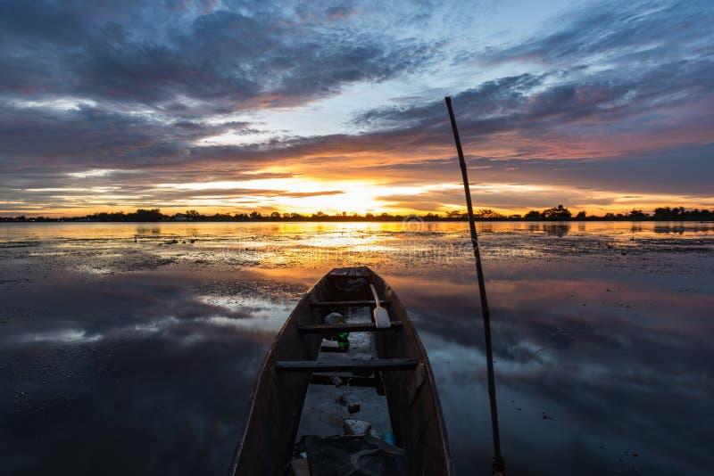 Mała łódź rybacka w zmierzchu obraz royalty free