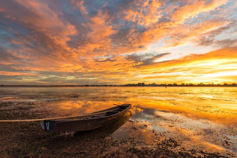 Mała łódź rybacka w zmierzchu zdjęcie royalty free