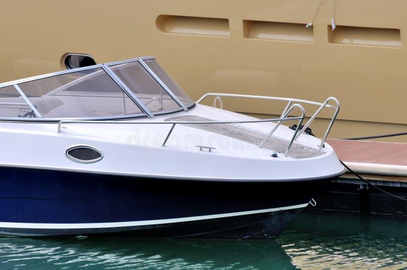 Download Mała łódka dołącza na doku obraz stock. Obraz złożonej z arkana - 28955581