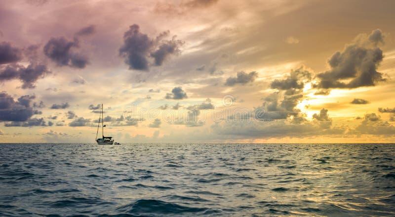 Mała łódka i pogoda sztormowa przy horyzontem zdjęcie stock