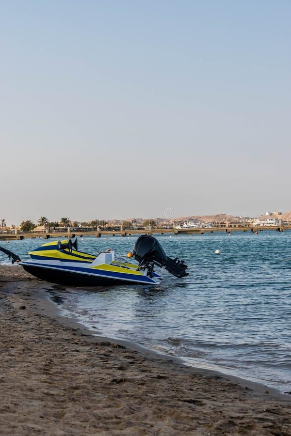 Mała łódka na plaży przy zmierzchem zdjęcie stock