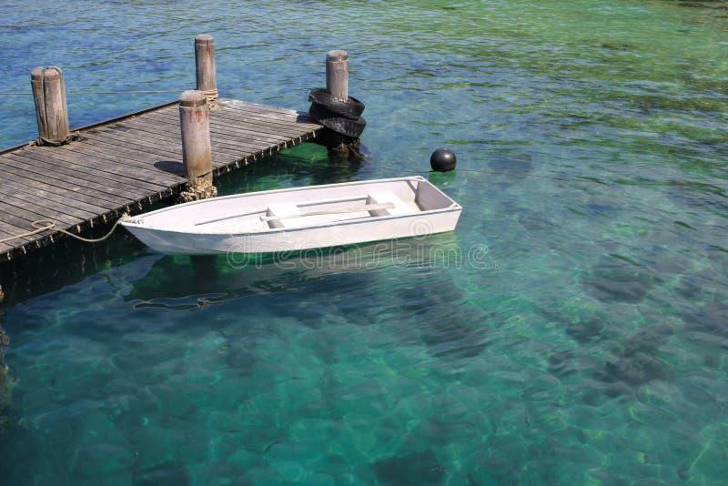 Mała łódka park przy wyspą zdjęcie stock