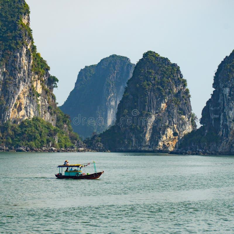 Mała Łódka Wśród Halong zatoki wapnia gór zdjęcie stock