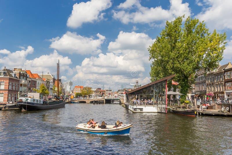 Mała łódka w środkowych kanałach Leiden zdjęcia royalty free