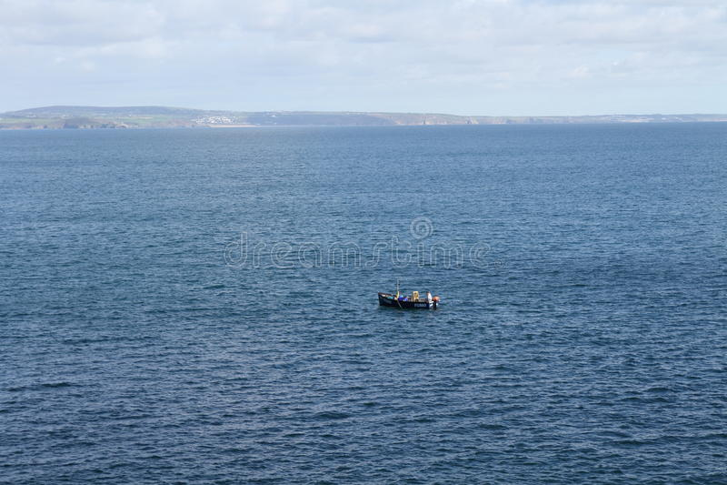 Mała łódka Z wybrzeża Cornwall zdjęcie royalty free