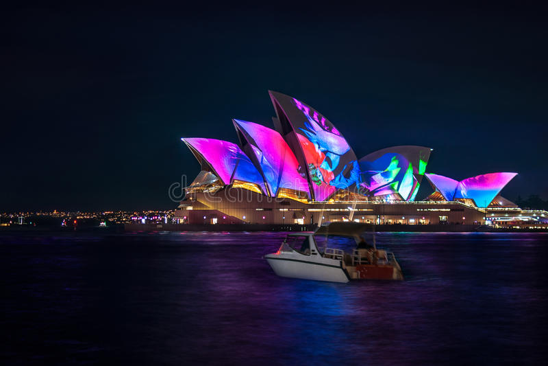 Mała łódka zatrzymuje podziwiać Żywego Sydney światła przedstawienie zdjęcia royalty free