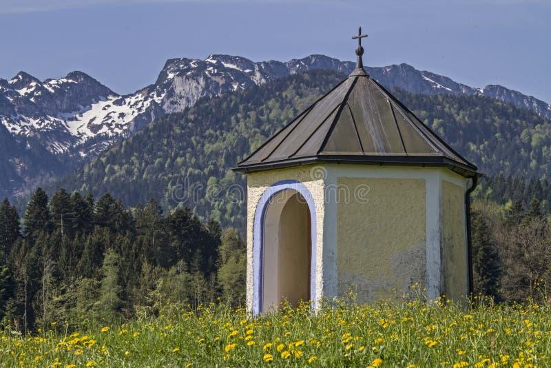 Mała łąki kaplica w Isarwinkel obraz stock