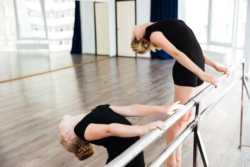 Mała ładna balerina i jej nauczyciela taniec w balet szkole fotografia stock