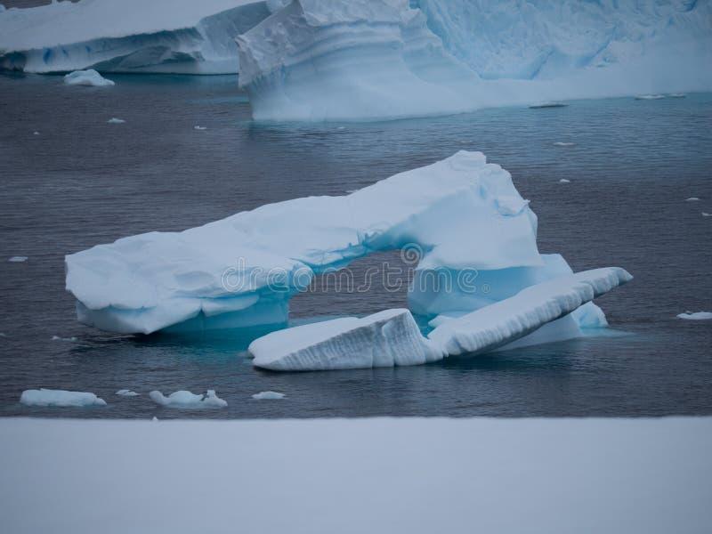 Mała Łukowata góra lodowa w Antarctica obrazy royalty free
