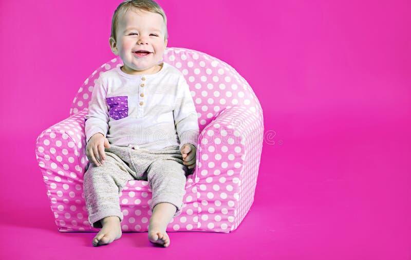 Mała śliczna chłopiec w różowym pokoju zdjęcie stock