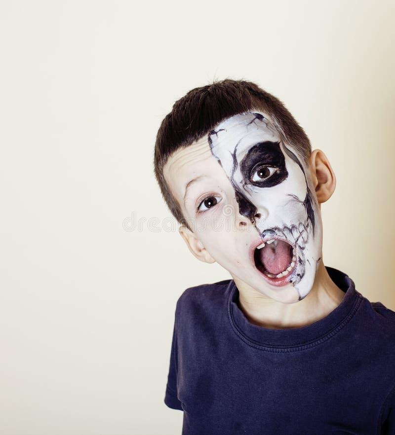 Mała śliczna chłopiec z facepaint jak kościec świętować Halloween zdjęcia royalty free