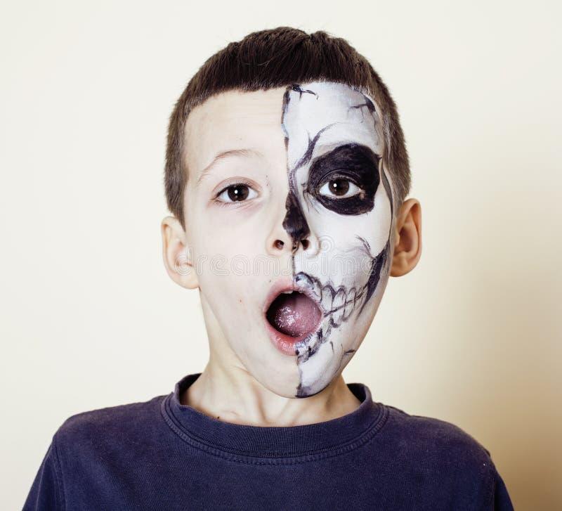 Mała śliczna chłopiec z facepaint jak kościec świętować Halloween obrazy stock