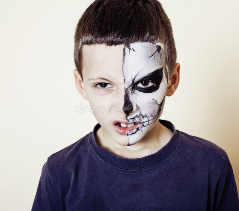 Mała śliczna chłopiec z facepaint jak kościec świętować Halloween zdjęcia stock