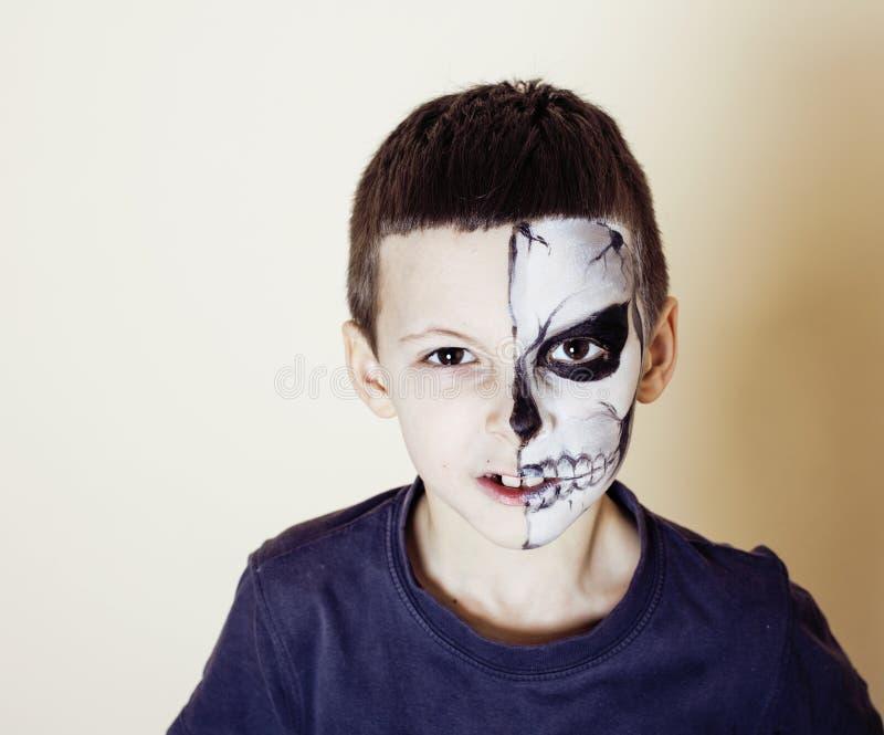 Mała śliczna chłopiec z facepaint jak kościec świętować Halloween obrazy royalty free