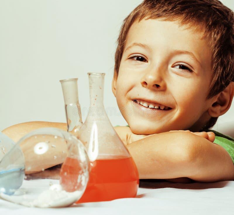 Mała śliczna chłopiec z medycyny szkłem odizolowywającym zdjęcie stock