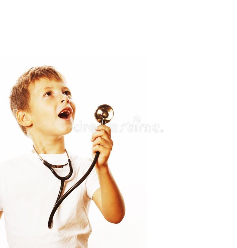 Mała śliczna chłopiec z stetoskopem bawić się jak dorosły zawodu d fotografia royalty free