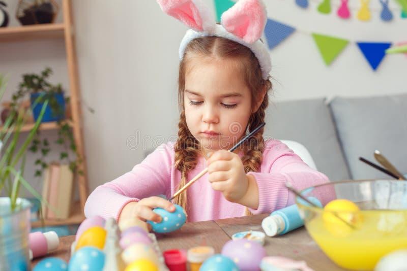 Mała śliczna dziewczyna w królików ucho Easter świętowania pojęcia obrazu siedzących kropkach koncentrować w domu obrazy stock