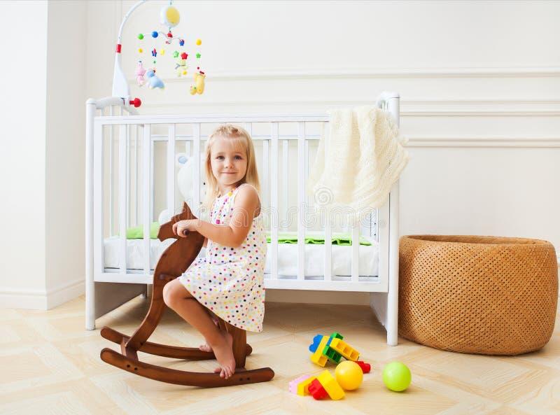 Mała śliczna dziewczyna w pepiniera pokoju obrazy stock