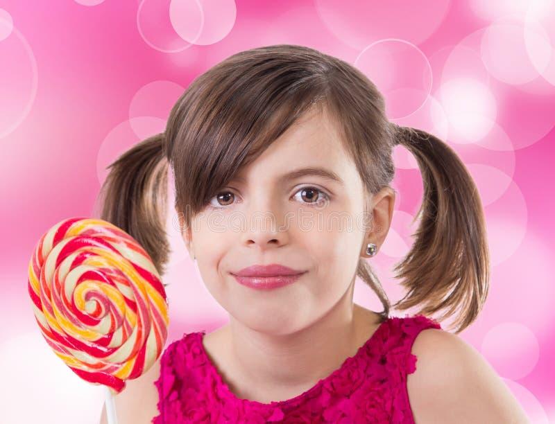 Mała śliczna dziewczyna z lizakiem zdjęcia stock