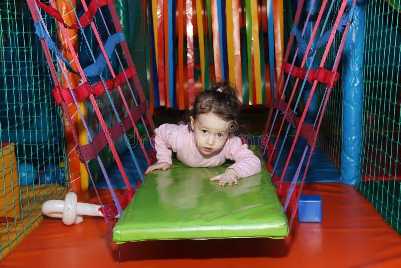 Mała śliczna kędzierzawa dziewczynka bawić się w dziecko rozrywki centrum w gemowym labiryncie Dzieci bawią się w boisku zdjęcia stock