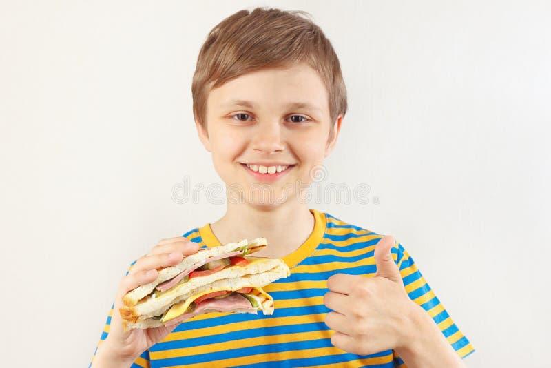 Mała śmieszna chłopiec i podobieństwo kopii kanapka na białym tle polecamy obrazy royalty free