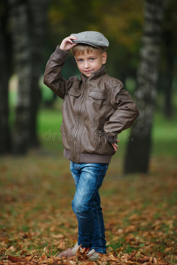Download Mała śmieszna Chłopiec W Jesień Liści Portrecie Obraz Stock - Obraz złożonej z piękny, moda: 57672547