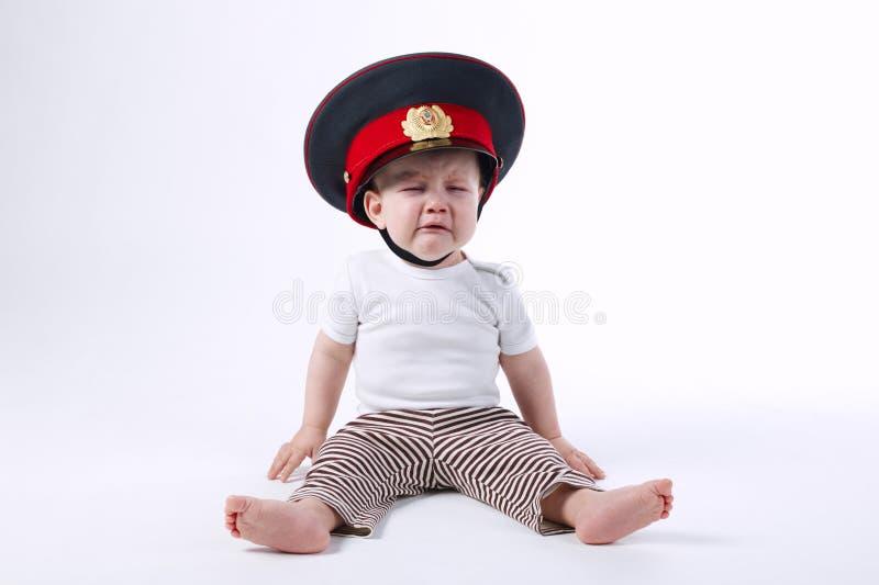 Mała śmieszna chłopiec w policjanta kapeluszu zdjęcia royalty free